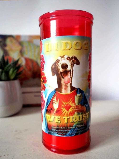 """velon rojo con imagen divertida de perro galgo santo y texto """"in dog we trust"""" de Sisteria Shop"""