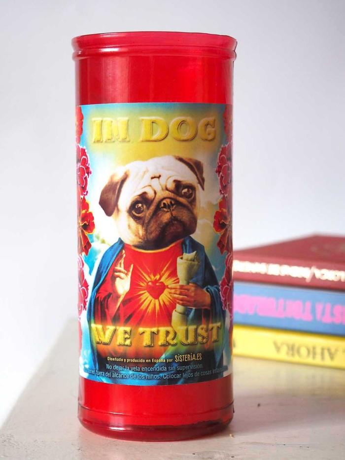 """velon rojo con imagen divertida de perro carlino santo y texto """"in dog we trust"""" de Sisteria Shop"""