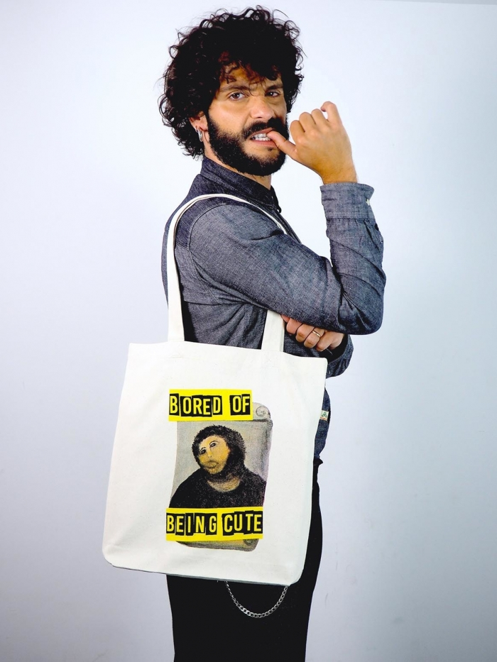 "Tote bag con imagen de ecce homo de Borja y texto ""Bored of being cute"" de Sisteria Shop"
