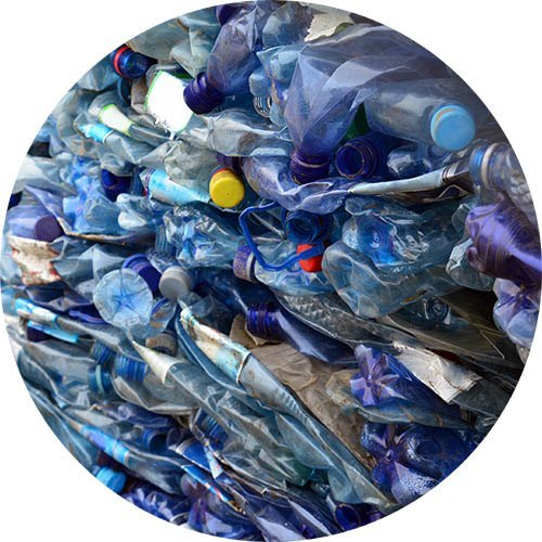 Monton de botellas de plastico apiladas