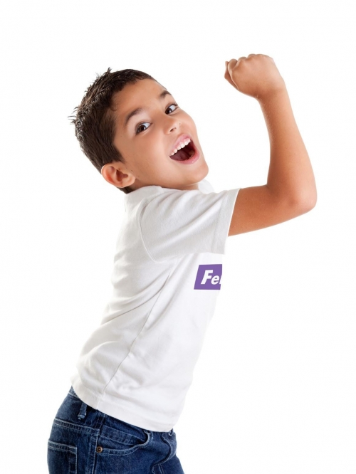 "Niño de perfil con camiseta blanca ""FeministMan"" de sisteria shop y brazo imitando al cartel de ""we can do it"""