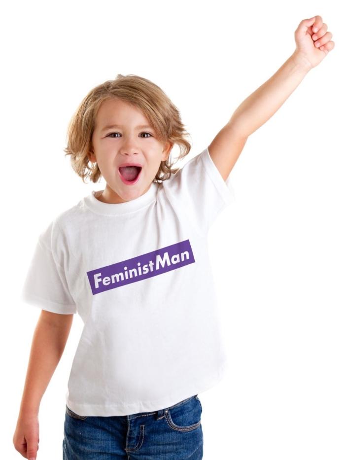 """Niño con camiseta blanca con frase """"FeministMan"""" sobre fondo morado de Sisteria Shop"""