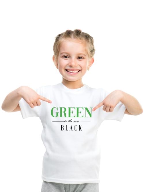 Niña con camiseta blanca con letras green is the new black de Sisteria shop