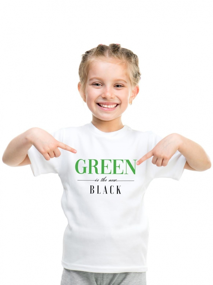 Niña con camiseta blanca con letras green is the new black de Sisteria shop