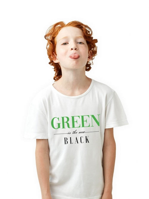 Niño con camiseta blanca con letras green is the new black de Sisteria shop