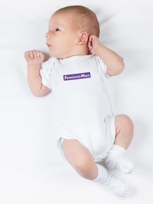bebe recien nacido con body blanco con lfrase feminista de Sisteria Shop