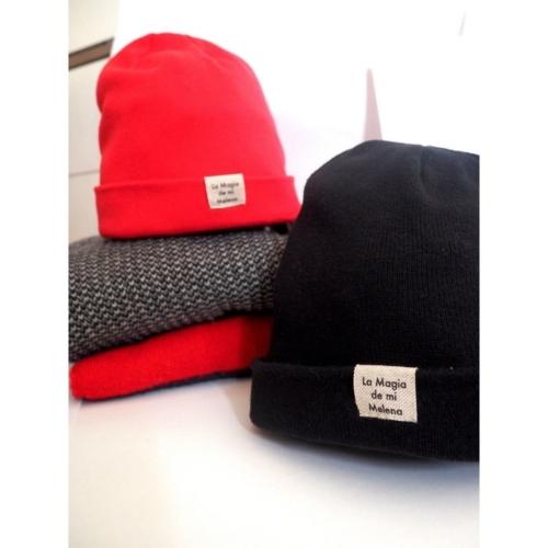 gorros beanie negro y rojo de Sisteria Shop