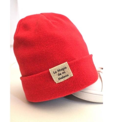 gorro beanie rojo con etiqueta la magia de mi melena de Sisteria Shop