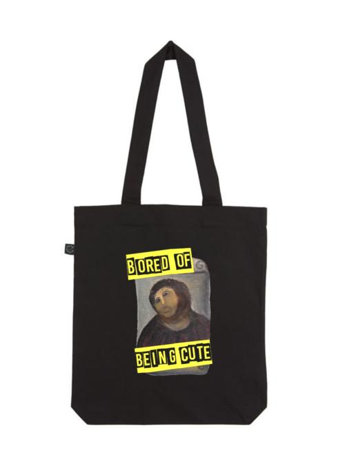"""Tote bag con imagen de ecce homo de Borja y texto """"Bored of being cute"""" de Sisteria Shop"""
